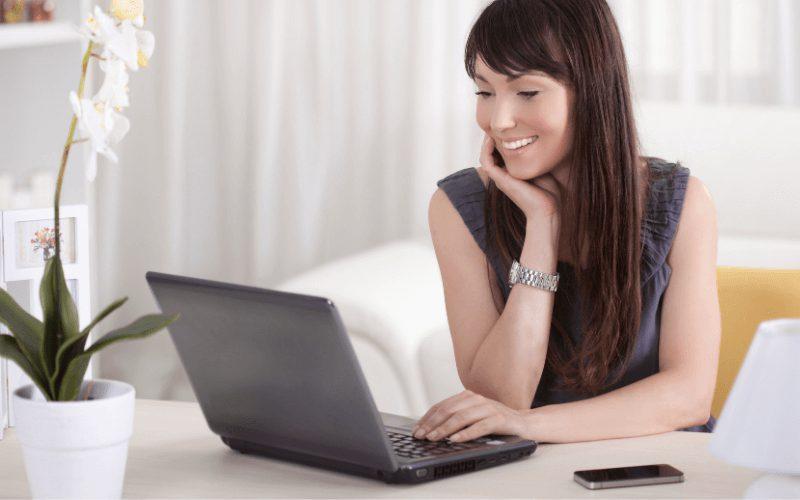 Portal randkowy - kobieta przed ekranem.